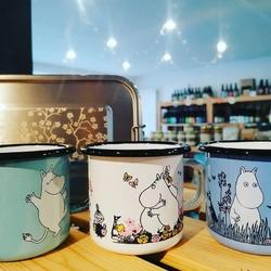 Ici on est fan des produits durables et sains.🦸♀️🙌🌎🍱🍵🥛C'est pour ça qu'on a recraqué pour les tasses émaillées Moomin de chez @muurla!!!! ☺️Bonne nouvelle les belles boites déjeuner YUMMY de @gaspajoe vont au four !SI vous voulez transporter et réchauffer votre plat dans des belles boites aux motifs japonisants > > >🌸🥢🗾🗻🌊🍃#transportplats #moomin #tasseémaillées #reutilisable #pérennitéEcocinelle boutiqueEpicerie indépendante ouvert du mardi au vendredi : 10h-13h / 15h-19h etle samedi : 9h30-13h30 / 15h30-19h12 rue nationale 78940 LA QUEUE LEZ YVELINESTél :09 51 52 49 48----Parking à 20 mètres------N'hésitez pas à liker, partager, commenter et donner votre avis sur google pour nous soutenir !------ #local #vrac #locavore #vracindependant #zerodechet #epicerieindependante #ecoresponsable #zerowaste #antigaspi #yvelines #produitslocaux #produiteniledefrance #laqueuelezyvelines #galluis #montfortlamaury #garancieres #ecocinelle