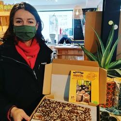 On a reçu les chocolats de Cédric Turmel !!! 🥥🍫🌱🙌* Nouveauté : 🌰🐿️ Noisettes enrobées de chocolat noir ou chocolat lait* En vrac mini tablettes🍫: Chocolat praliné -- amandes-- noisettes* En vrac mini tablettes🍫: Chocolat noir Équateur 80 % de cacao* En vrac mini tablettes🍫: Chocolat noir 60% caramel à la fleur de sel* Assortiment de mini tablettes noix de coco🥥 et praliné / noisettes / caramel à la fleur de selEcocinelle boutiqueEpicerie indépendante ouvert du mardi au vendredi : 10h-13h / 15h-19h etle samedi : 9h30-13h30 / 15h30-19h12 rue nationale 78940 LA QUEUE LEZ YVELINESTél :09 51 52 49 48----Parking à 20 mètres------N'hésitez pas à liker, partager, commenter et donner votre avis sur google pour nous soutenir !------ #local #vrac #locavore #vracindependant #zerodechet #epicerieindependante #ecoresponsable #zerowaste #antigaspi #yvelines #produitslocaux #produiteniledefrance #laqueuelezyvelines #galluis #montfortlamaury #garancieres #ecocinelle#noisette#chocolatbio #chocolatiers #cadeauxgourmands #goodyvelines#chocolatequitable