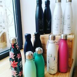 """On est tous d'accord pour aller plus vite au printemps, voir plus vite à la fin de cette période """"covidesque""""!!Pour réchauffer les coeurs on vous parle aujourd'hui des superbes gourdes @qwetch.fr qu'on a reçu ce week-end !Toutes les bouteilles sont isothermes, elles remplaceront les bouteilles en plastique, conservent vos boissons au chaud (12h) comme au froid (24h), de manière stylé de vrais bijoux.😜😍😎👌🌡️❄️#qwetch #zerodechet #gourdesstylees #isotherme #satinée #bees #cerf #vanEcocinelle boutiqueEpicerie indépendante ouvert du mardi au vendredi : 10h-13h / 14h-18h etle samedi : 9h-13h / 14h-18h12 rue nationale 78940 LA QUEUE LEZ YVELINESTél :09 51 52 49 48----Parking à 20 mètres------N'hésitez pas à liker, partager, commenter et donner votre avis sur google pour nous soutenir !------ #local #vrac #locavore #vracindependant #zerodechet #epicerieindependante #ecoresponsable #zerowaste #antigaspi #yvelines #produitslocaux #produiteniledefrance #laqueuelezyvelines #galluis #montfortlamaury #garancieres #ecocinelle"""