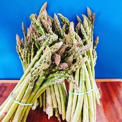 Youhouuuu !!! Les premières asperges vertes ont fait leur apparition à la boutique 🥳😋Manger local c'est aussi ça, attendre le bon moment pour avoir des légumes de qualité, cueillis le matin même 💚💛Tenez le coup, la belle saison arrive à grand pas : à nous les tomates, aubergines, courgettes, concombres, fraises et autres petits bijoux de la nature 🍓🍆🍅🥒🌽 !!#circuitcourt #producteurslocaux #ecoresponsable #printemps #springlover #yvelines----- Ecocinelle boutiqueEpicerie indépendante ouvert du lundi au vendredi : 10h-13h / 15h-19h et le samedi : 9h-13h / 15h-19h 12 rue nationale 78940 LA QUEUE LEZ YVELINES Tél :09 51 52 49 48 ---- Parking à 20 mètres ------ N'hésitez pas à liker, partager, commenter et donner votre avis sur google pour nous soutenir ! ------ #local #vrac #locavore #vracindependant #zerodechet #ecoresponsable #zerowaste #antigaspi #yvelines #produiteniledefrance