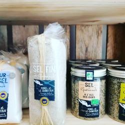L' ATELIER DU SEL- Morel et le Chantoux - 🧂🌅C'est le vent d'Ouest tout droit arrivée de Guérande.💨Les paludiers sont indépendants et ils récoltent à la main leurs produits!Leurs pépites relèveront en douceur le goût de vos viandes, poissons grillés, crudités, légumes vapeur...🐟🥩🥗🥦🥬🥕🥒Ces produits ne subissent aucune mécanisation afin de respecter la structure et le goût d'un sel naturel.* Sel fin ** Fleur de sel *** Sel à l'ail des ours **** Sel aux herbes aromatiques *****#guérande #fleurdesel #naturel #ventdouest #independantEcocinelle boutiqueEpicerie indépendante ouvert du lundi au vendredi : 10h-13h / 15h-19h etle samedi : 9h-13h / 15h-19h12 rue nationale 78940 LA QUEUE LEZ YVELINESTél :09 51 52 49 48----Parking à 20 mètres------N'hésitez pas à liker, partager, commenter et donner votre avis sur google pour nous soutenir !------ #local #vrac #locavore #vracindependant #zerodechet #epicerieindependante #ecoresponsable #zerowaste #antigaspi #yvelines #produitslocaux #produiteniledefrance #laqueuelezyvelines #galluis #montfortlamaury #garancieres #ecocinelle