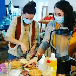 Nous avons repris les ateliers à la boutique avec nos deux maitres yoda 🦸♀️ @alexa_et_ses_fraises et @lesateliersdevinca autour de sujets toujours zéro déchets 💪🙌 : fabriquer sa lessive ou encore ses pastilles pour le lave vaisselle, gérer son compost, et même fabriquer sa propre pâte à modeler 😊Et tout en respectant les mesures d'hygiène et autres directives 😷Le prochain atelier aura lieu le 7 novembre : comment créer sont baume a lèvres 💄💋 N'hésitez a venir prendre des infos en boutique 🤗#local #boutique #ecoresponsable #diy #antigaspi #atelier #zerodechet #zerowaste #ecocinelle #vracindependant