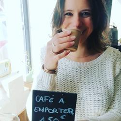 Ca vous dit un bon café local à emporter avec un grand sourire en prime !? ☕😁😜🤘Nos cafés sont torréfiées à Houdan chez @cafesfactorerie et on est pas peu fières !!Colombie,Guatemala,Pérou,& MexiqueDe quoi voyager par les papilles et de garder le smile !#cafelovers❤ #arrivéparvoilier #circuitcourt #àemporter #smile #goodvibes☕☕☕☕☕☕☕Ecocinelle boutiqueEpicerie indépendante ouvert du mardi au vendredi : 10h-13h / 14h-18h etle samedi : 9h-13h / 14h-18h12 rue nationale 78940 LA QUEUE LEZ YVELINESTél :09 51 52 49 48----Parking à 20 mètres------N'hésitez pas à liker, partager, commenter et donner votre avis sur google pour nous soutenir !------ #local #vrac #locavore #vracindependant #zerodechet #epicerieindependante #ecoresponsable #zerowaste #antigaspi #yvelines #produitslocaux #produiteniledefrance #laqueuelezyvelines #galluis #montfortlamaury #garancieres #ecocinelle