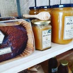 Mon précieux... Vous étiez nombreux à nous demander le retour de son miel et ses pains d'épices, on attendait la livraison d'Anaïs avec impatience, c'est donc maintenant a nouveau disponible la boutique !! Merci beaucoup @au_rucher_de_gambais 🙏🍯😋 #local #mangerlocal #produitslocaux #miel #paindepices #aurucherdegambais #ecocinelle